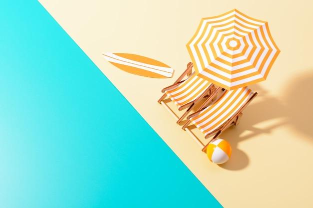 Flache lage einer zusammengesetzten miniatur des strandloungebereichs mit sonnenschirm und sonnenliegen auf der bunten oberfläche.