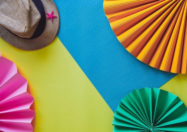 Flache lage eines hutes und des papierblumen sommerferienkonzeptes