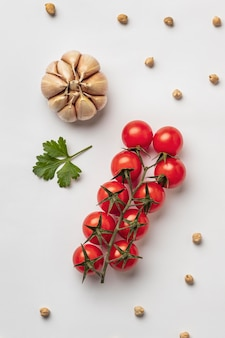 Flache lage frischer tomaten mit knoblauch