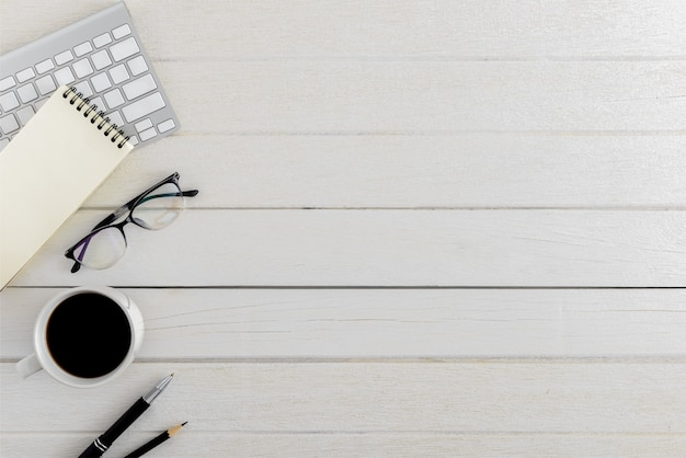 Flache lage, hölzerner schreibtisch schreibtischarbeitsplatz der draufsicht