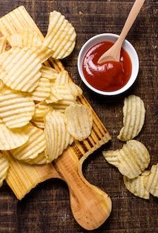 Flache lage kartoffelchips mit ketchup