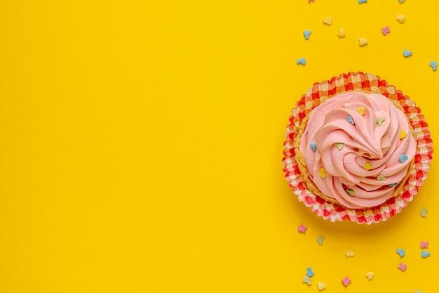 Flache lage köstlichen cupcakes mit konfetti