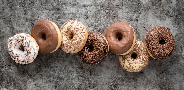 Flache lage köstlicher donuts