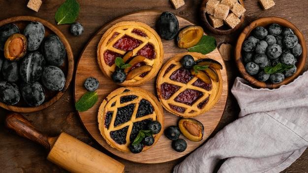 Flache lage köstlicher obstkuchen mit pflaumen