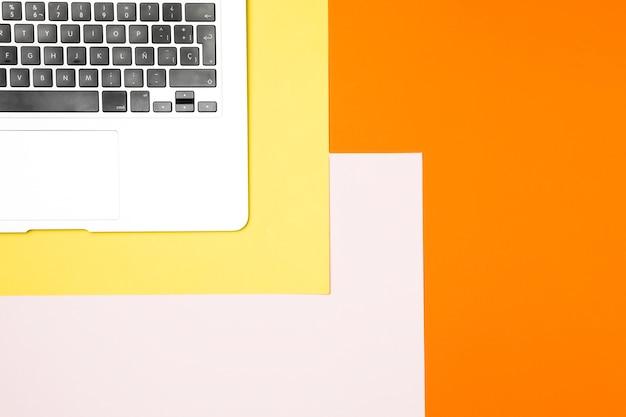 Flache lage laptoptastatur mit buntem hintergrund