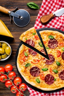 Flache lage leckere pizza zusammensetzung