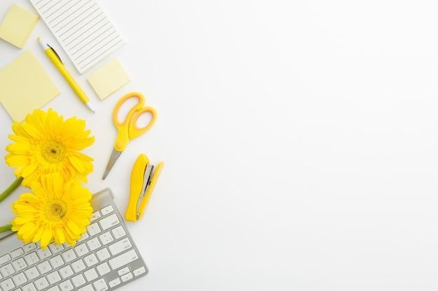 Flache lage liefert anordnung auf schreibtisch mit kopienraum