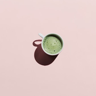 Flache lage matcha-tee auf rosa