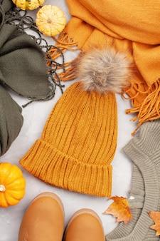 Flache lage mit bequemem, warmem outfit für kaltes wetter