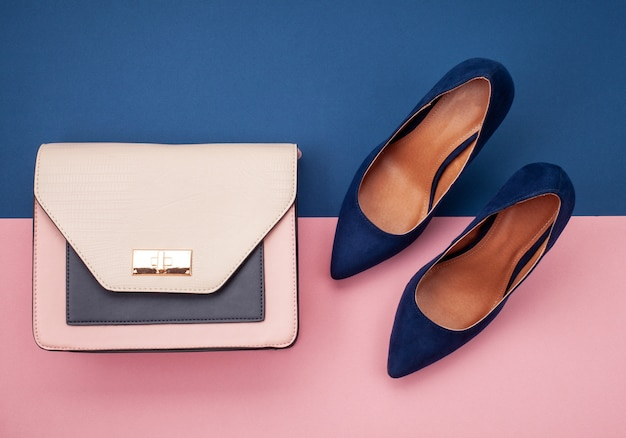 Flache lage mit einer sammlung von accessoires für herbstfrauen. einkaufen, modeblog, verkauf, geschenkideenkonzept.