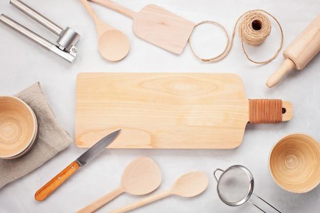 Flache lage mit küchengeräten und leerem kopienraum. küchenrezeptbücher, blogs kochend, klassifiziert konzept