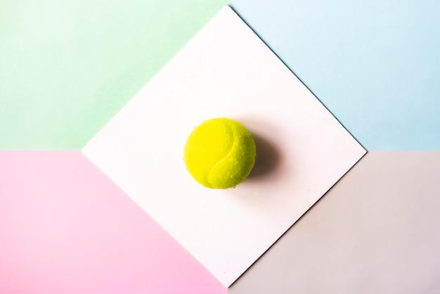 Flache lage mit tennisball in weißen rahmen isoliert.