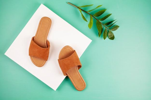 Flache lage mit zufälligen sandalen der frau für frühlingssommersaison