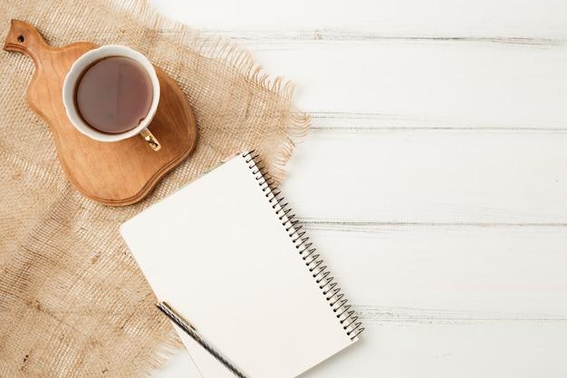 Flache lage notizblockvorlage mit teekonzept