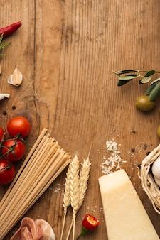 Flache lage pasta zutaten auf tisch mit textfreiraum