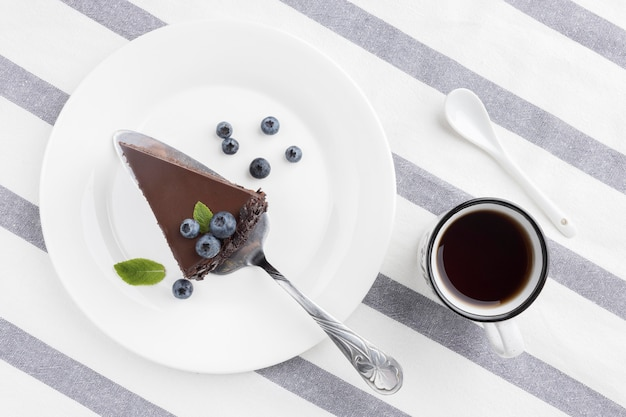 Flache lage schokoladenkuchenscheibe auf teller