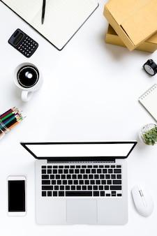 Flache lage schreibtischtabelle des modernen arbeitsplatzes mit laptop auf weißer tabelle