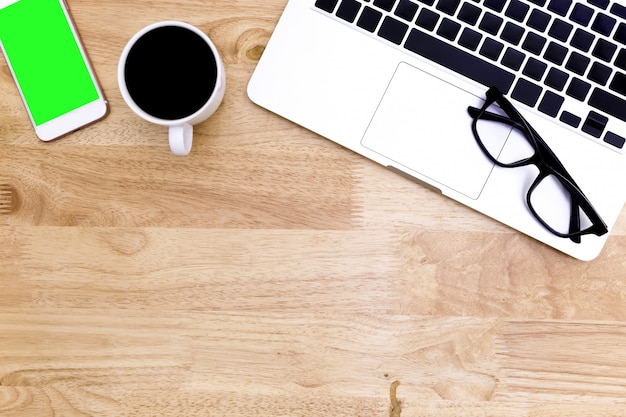 Flache lage schreibtischtabelle des modernen arbeitsplatzes mit laptop