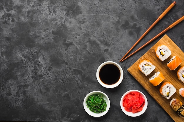 Flache lage-sushi-anordnung mit kopienraum