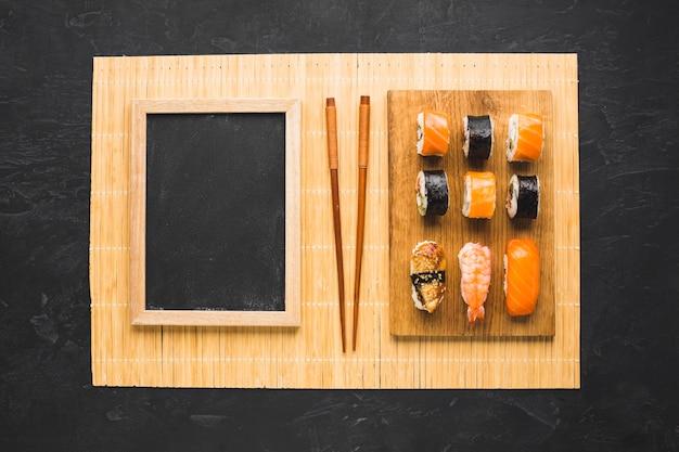 Flache lage sushi anordnung mit schwarzer tafel