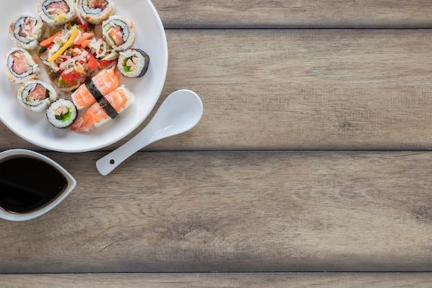 Flache lage sushi-komposition mit exemplar