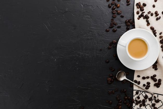 Flache lage tasse kaffee mit löffel