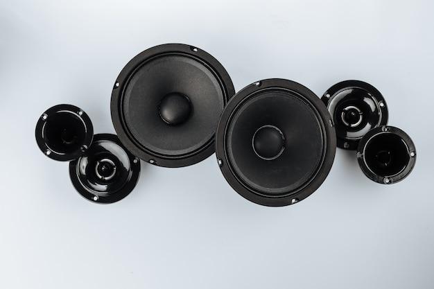 Flache lage von audio-lautsprechern in verschiedenen größen