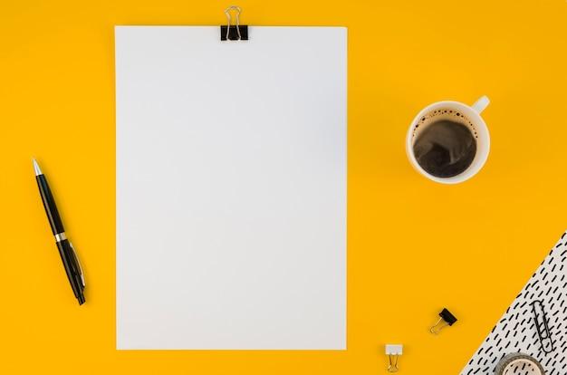 Flache lage von büromaterial mit kaffee