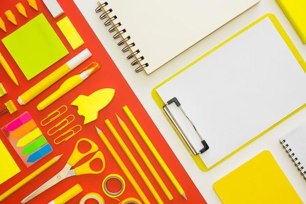 Flache lage von büromaterial mit notizbüchern und stiften