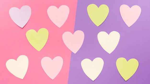 Flache lage von bunten valentinstagpapierherzen