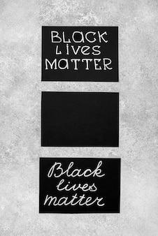 Flache lage von drei karten mit schwarzer lebenssache