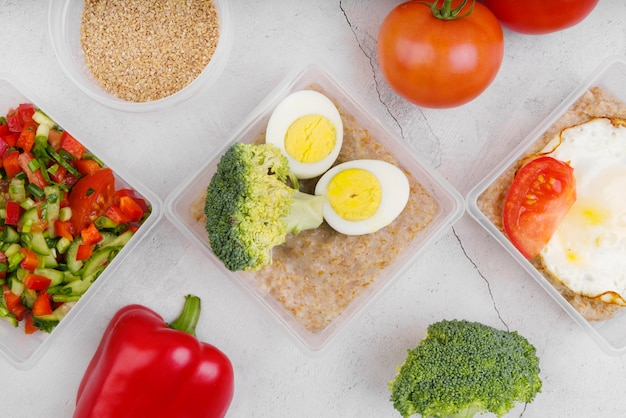 Flache lage von eiern und gemüse