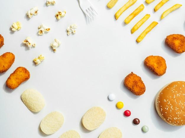 Flache lage von fast food und süßigkeiten