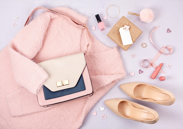 Flache lage von frauenkleidung und accessoires in pastellfarben