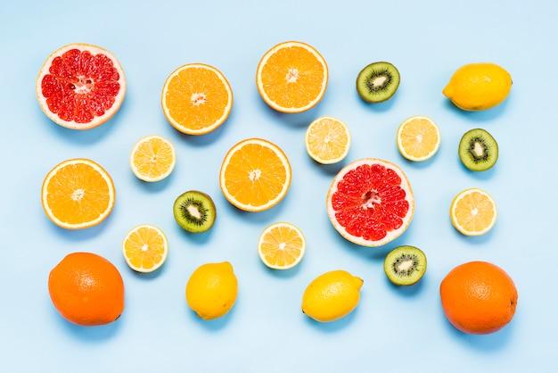 Flache lage von frischen zitrusfrüchten und kiwis
