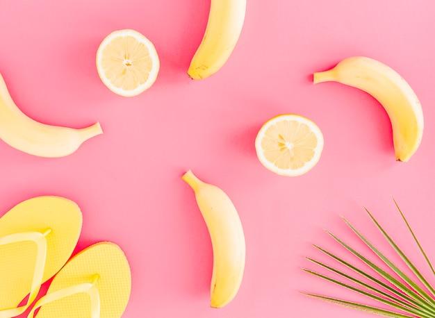 Flache lage von früchten und flip flops