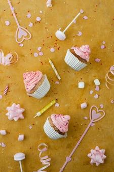 Flache lage von geburtstagskleinen kuchen mit kerzen