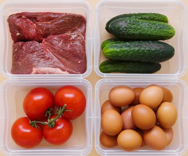 Flache lage von gemüse, rohem fleisch und eiern