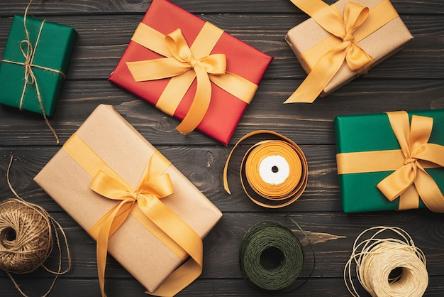 Flache lage von geschenkboxen für weihnachten auf hölzernem hintergrund