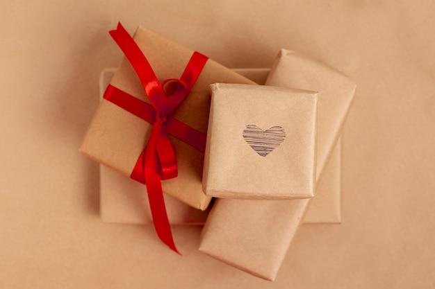 Flache lage von geschenken für valentinstag