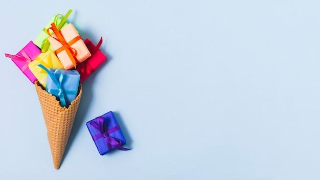 Flache lage von geschenken in der eistüte