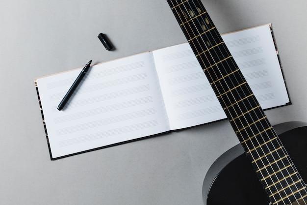 Flache lage von gitarre und musiknoten