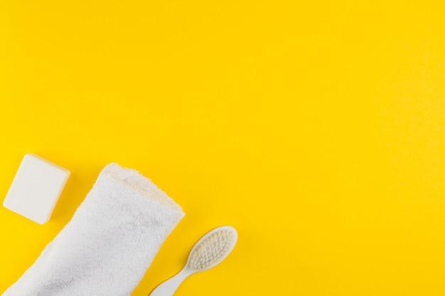 Flache lage von handtuch und bürste für babyparty