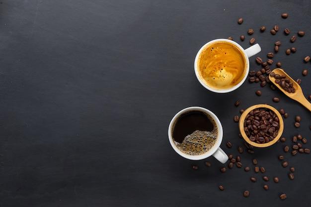 Flache lage von heißer kaffeetasse und kaffeebohne