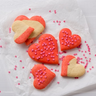 Flache lage von herzförmigen keksen auf papier