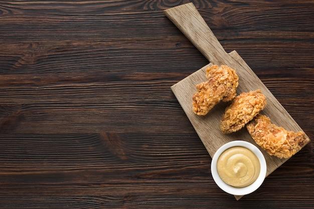 Flache lage von huhn und mayonnaise mit kopierraum