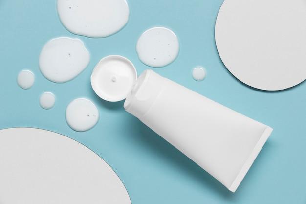 Flache lage von hydroalkoholischem gel mit flasche