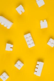 Flache lage von ineinandergreifenden spielzeugblöcken für babyparty