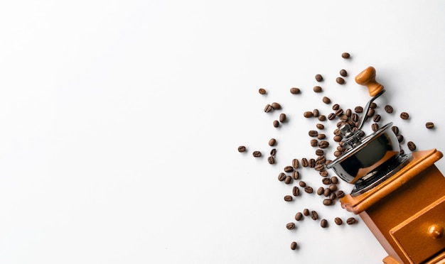 Flache lage von kaffeebohnen und mühle