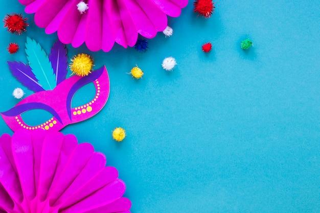 Flache lage von karnevalsmaske und papierfächern mit pompons